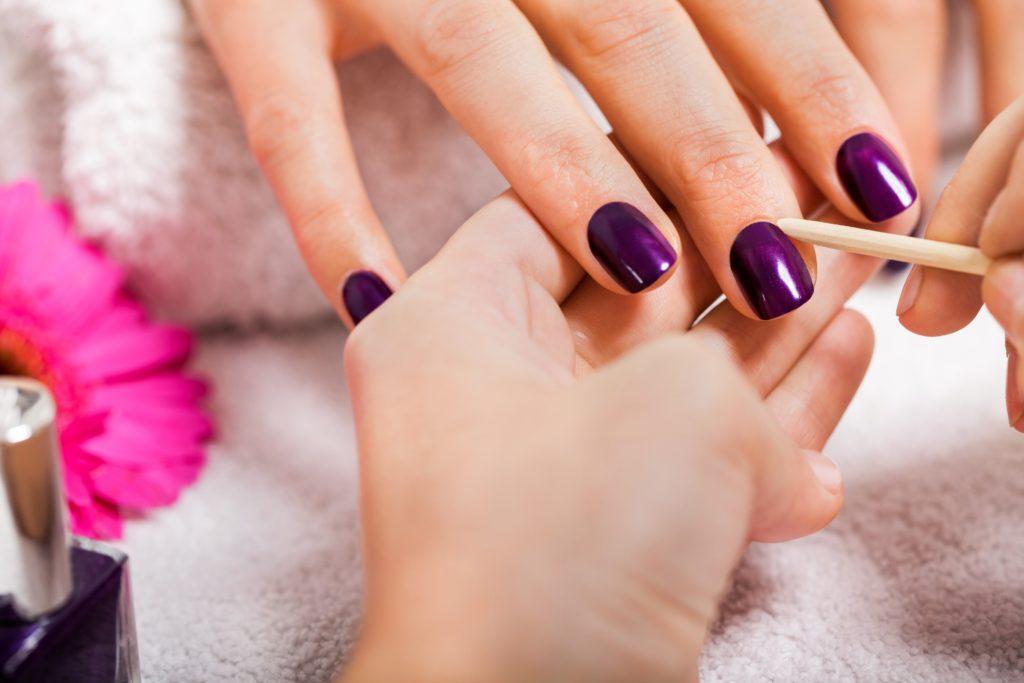 Oft wird behauptet, dass die Nagelhaut stärker wächst, wenn man sie schneidet. Das stimmt zwar nicht, es ist jedoch besser die Haut zurück zu schieben, statt sie zu schneiden. (Bild: juniart/fotolia.com)