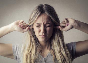 Tinnitus ist zwar derzeit nicht heilbar, doch es gibt Möglichkeiten, Betroffen das Leben zu erleichtern. Forscher testen nun, ob auch ein Neurofeedback-Training dazu beitragen kann. (Bild: olly/fotolia.com)