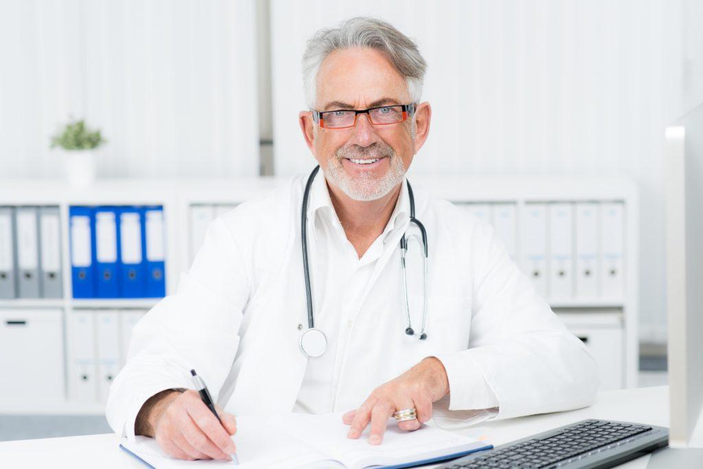 Auch beim Arztbesuch spielt der Placebo-Effekt eine maßgebliche Rolle und Mediziner sollten sich dies zu Nutze machen. (Bild: Picture-Factory/fotolia.com)