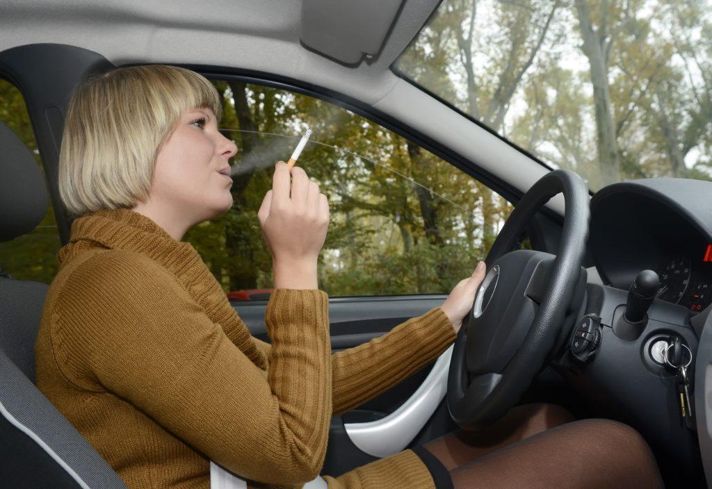 In Schottland darf nicht mehr im Auto geraucht werden, wenn Minderjährige im Fahrzeug sind. Das Verbot soll Kinder vor den Gesundheitsgefahren durch das Qualmen schützen. (Bild: tunedin/fotolia.com)