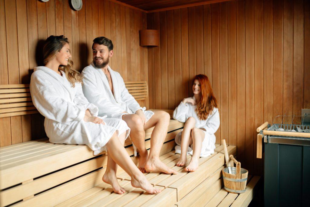 Wenn Menschen regelmäßig in die Sauna gehen, führt dies zu Entspannung für Geist und Körper. Mediziner fanden heraus, dass Saunabesuche auch vor Demenz und Alzheimer schützen können. (Bild: nd3000/fotolia.com)