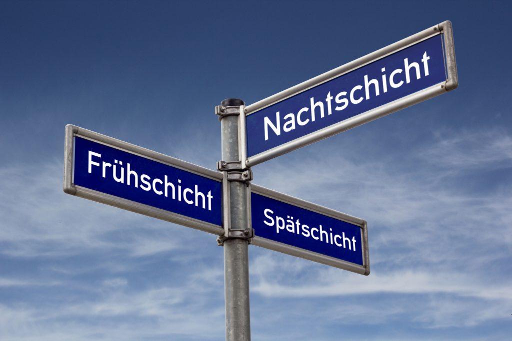 Über 15 Prozent der Erwerbstätigen in Deutschland arbeiten im Schichtdienst. Die wechselnden Arbeitszeiten belasten die Gesundheit. Schichtarbeiter sollten sich ausgewogen ernähren und ihre Freizeit gut planen. (Bild: Sir_Oliver/fotolia.com)