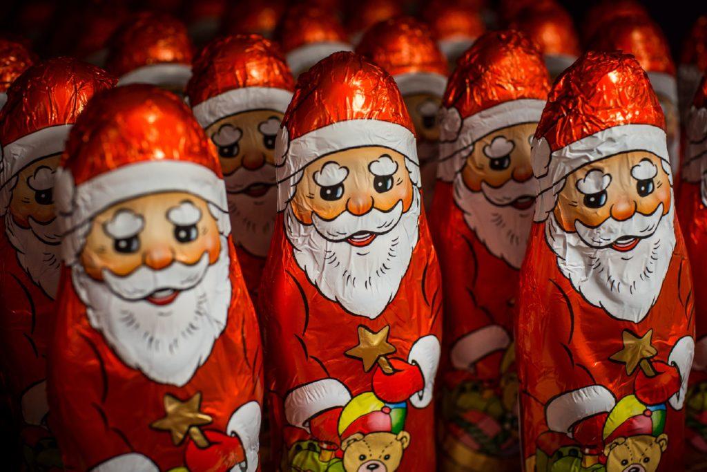 Die Verbraucherorganisation Foodwatch hat in Weihnachtssüßwaren gefährliche Substanzen gefunden. Zwei Schoko-Weihnachtsmänner sind mit Mineralölen belastet. (Bild: punghi/fotolia.com)