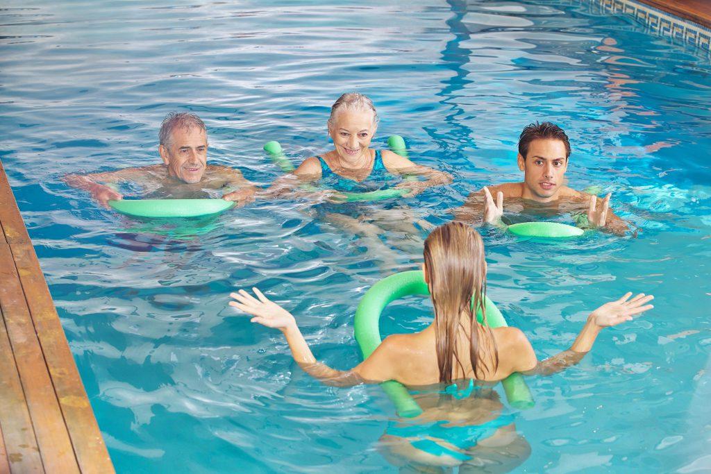 Menschengruppe bei der Wassergymnastik
