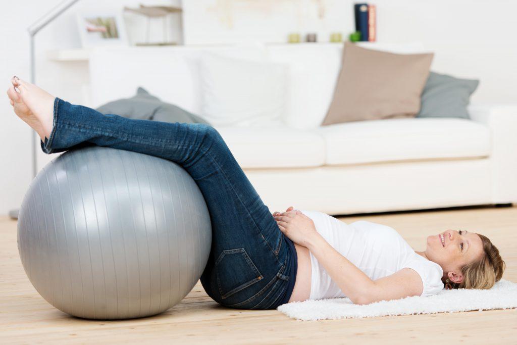 Oft kann bei akuten Rückenschmerzen das Hinlegen mit anwinkelten Beinen Linderung verschaffen. (Bild: contrastwerkstatt/fotolia.com)