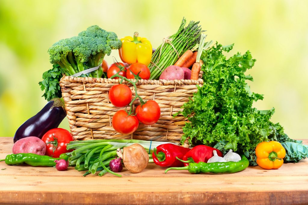 Manche Menschen meinen, eine Ernährung ohne tierische Produkte führe zu Nährstoffdefiziten. Doch Studien belegen, dass vegetarisch und vegan lebende Menschen eine gesunde Nährstoffbalance zeigen. (Bild: Kurhan/fotolia.com)