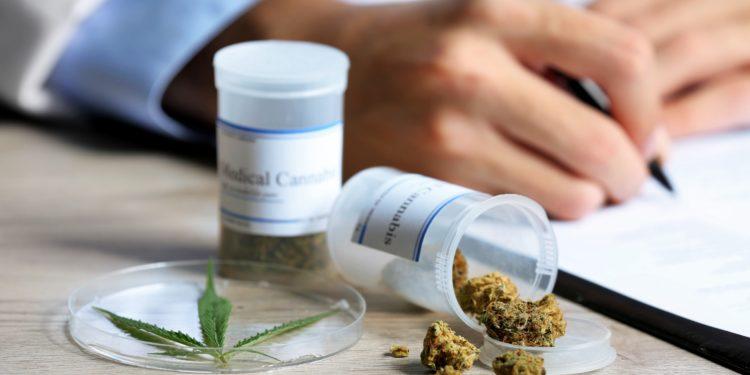 Einige Cannabis-Produkte stehen auf einem Tisch.