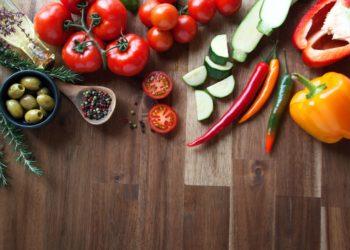Eine gesunde Ernährung mit viel Obst und Gemüse ist immer von Vorteil. Mediziner fanden jetzt heraus, dass eine sogenannte mediterrane Ernährung bei Frauen in der Menopause das Risiko für Knochenbrüche reduzieren kann. (Bild: gudrun/fotolia.com)