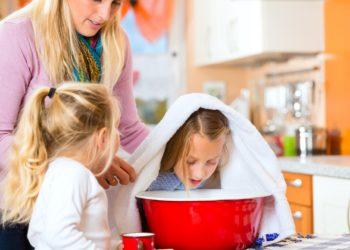 Inhalieren ist eines der ältesten Hausmittel gegen Erkältungsbeschwerden. Wer einige Tipps beachtet, kann die Wirkung noch verstärken. (Bild: Kzenon/fotolia.com)