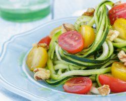 Ein Teller mit einem Gemüsegericht