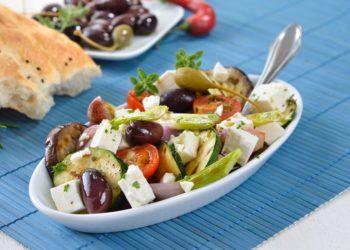 In einer neuen Studie hat sich gezeigt, dass die mediterrane Ernährungsweise vom Überessen abhält. (Bild: kab-vision/fotolia.com)