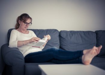 Die meisten Menschen verbringen viel Zeit am Tag sitzend. Zu langes regelmäßiges Sitzen kann negative Auswirkungen auf unseren Alterungsprozess haben. Mediziner stellten fest, wenn wir viel sitzen erhöht dies unser biologisches Alter. (Bild: Jacek Chabraszewski/fotolia.com)