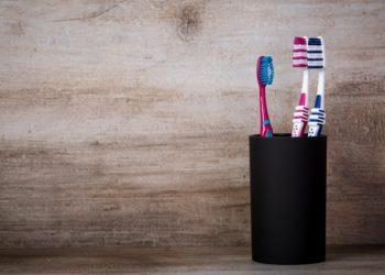 """Die meisten Menschen putzen sich ihre Zähne mit Plastikzahnbürsten. Es gibt aber auch nachhaltigere Produkte, wie etwa die neue Holzzahnbürste der Drogeriemarktkette """"dm"""". (Bild: orinocoArt/fotolia.com)"""