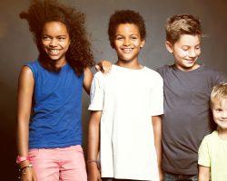 Vier lächelnde Kinder