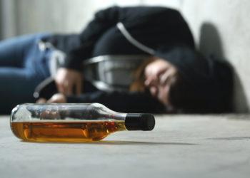 Viele Eltern sind ein eher schlechtes Vorbild, wenn es um den Umgang mit Alkohol geht. (Bild: Antonioguillem/fotolia.com)