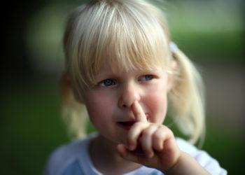 Sowohl Kinder als auch Erwachsene popeln immer wieder mal in der Nase. Das kann gefährlich werden. Denn laut einer Studie können durch das Nasenbohren gefährliche Pneumokokken verbreitet werden. (Bild: MAK/fotolia.com)
