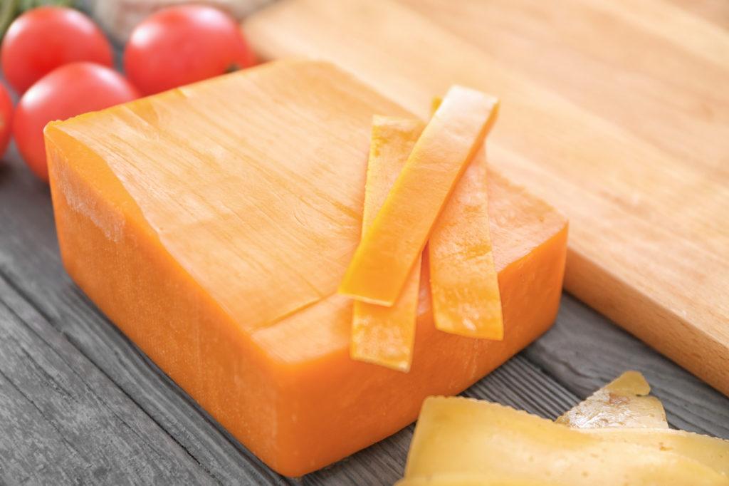 Tropische Pflanzen produzieren die orange Farbe von Cheddar-Käse