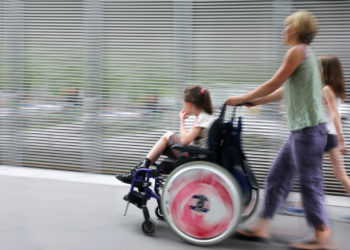 Viele Kinder mit Muskelschwund können nie selbstständig laufen und ihre Lebenserwartung ist deutlich eingeschränkt. Spezielle designte Proteine machen nun Hoffnung auf neue Therapieoptionen. (Bild: bluraz/fotolia.com)