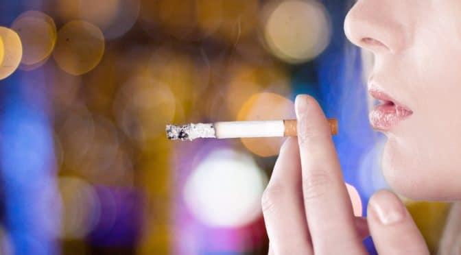 Mann mit einer angezündeten Zigarette