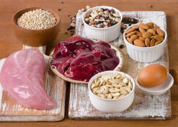 Gute Selenquellen sind unter anderem Paranüsse, Eier, Hülsenfrüchte und Hühnerfleisch. (Bild: bit24/fotolia.com)