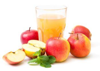 Rote Äpfel und frischer Apfelsaft