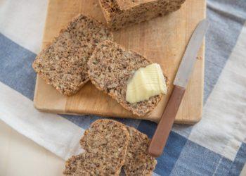 Mehrere Scheiben Brot, eine davon mit Butter