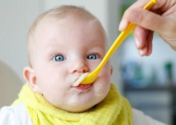 Die Drogeriemarktkette dm hat eine Rückruf für Babynahrung gestartet. In den betroffenen Produkten könnten Schimmelpilzgifte enthalten sein. (Bild: Reicher/fotolia.com)