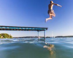 Junge springt in einen See