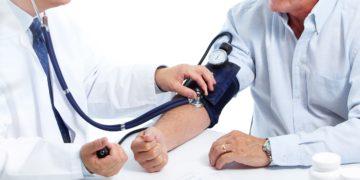 Bluthochdruck kann zu Herzinfarkten und Schlaganfällen führen. Um ihn gezielt behandeln zu können, haben Wissenschaftler nach den Ursachen der Krankheit gesucht und sind bei chronischen Entzündungen fündig geworden. (Bild: Kurhan/fotolia.com)