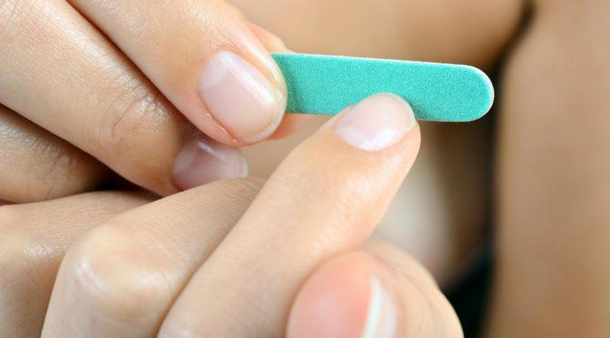 Fingernägel werden mit einer Nagelfeile gefeilt