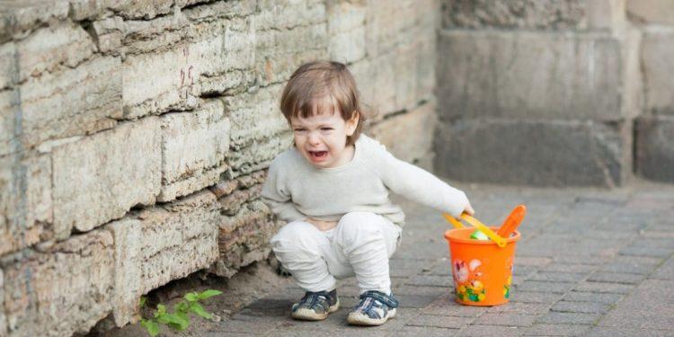 Ein kleines Kind weint
