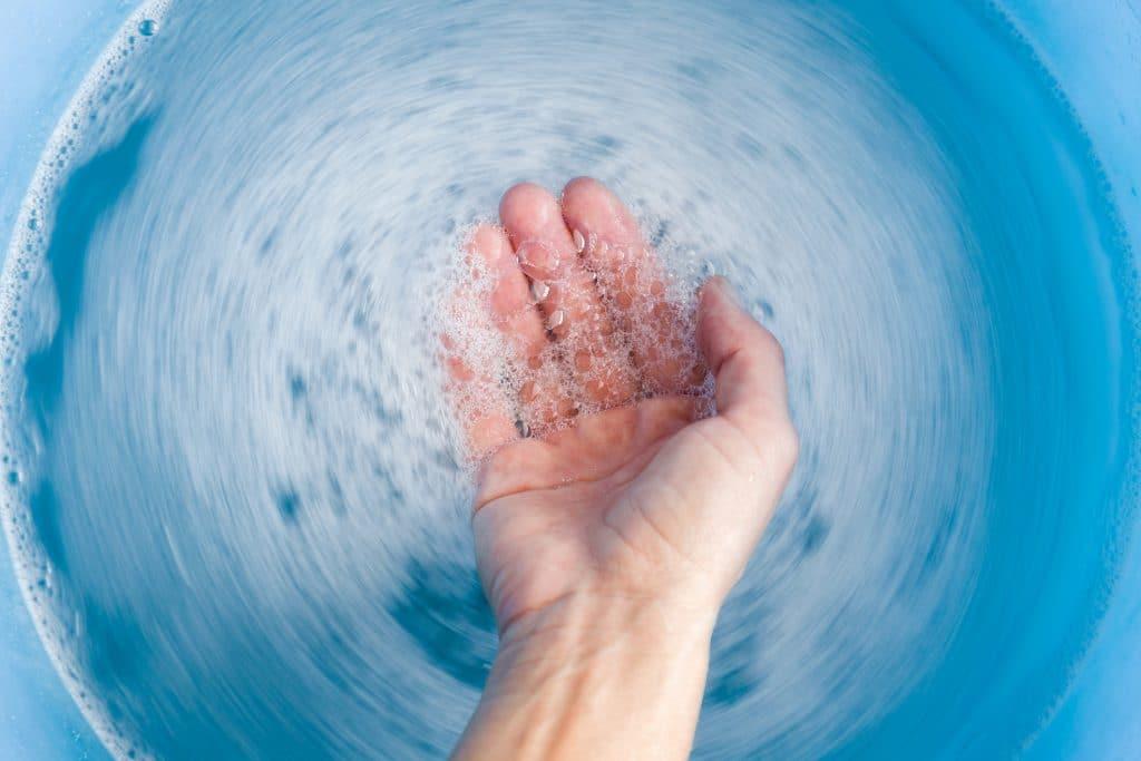 Hand in schäumendem Wasser