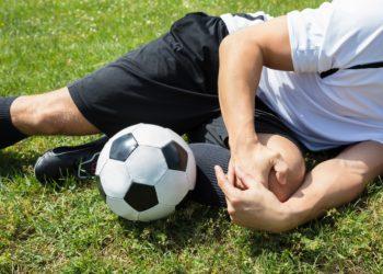 Sportarten wie Fußball oder Skifahren bergen ein erhöhtes Risiko für eine Knieverdrehung. (Bild: Andrey Popov/fotolia.com)