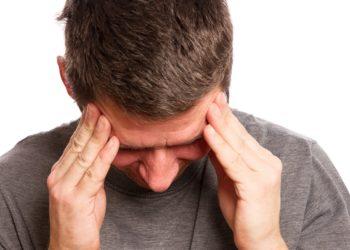 Stechende Schmerzen im Kopf können so stark werden, dass das Leben der Betroffenen massiv eingeschränkt wird. (Bild: SENTELLO/fotolia.com)