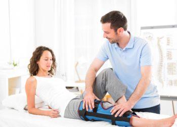 Bei der konservativen Behandlung eine Kreuzbandrisses wird das Knie mit einer Schiene versehen, die Betroffene mehrere Wochen tragen müssen. (Bild: Production Perig/fotolia.com)