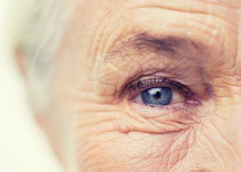Die Entstehung von Falten ist ein ganz natürlicher Prozess, denn mit mit zunehmendem Alter wird die Haut immer dünner und trockener. (Bild: Syda Productions/fotolia.com)