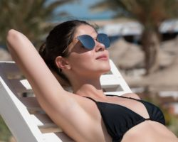Junge Frau sonnt sich am Strand