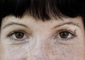 Ein Piercing im Bereich der Augenbraue sollte unbedingt in einem professionellen Studio gestochen werden. Andernfalls drohen aufgrund der hier verlaufenen Nervenbahnen Taubheitsgefühle oder sogar Lähmungen im Gesicht. (Bild: babsi_w/fotolia.com)
