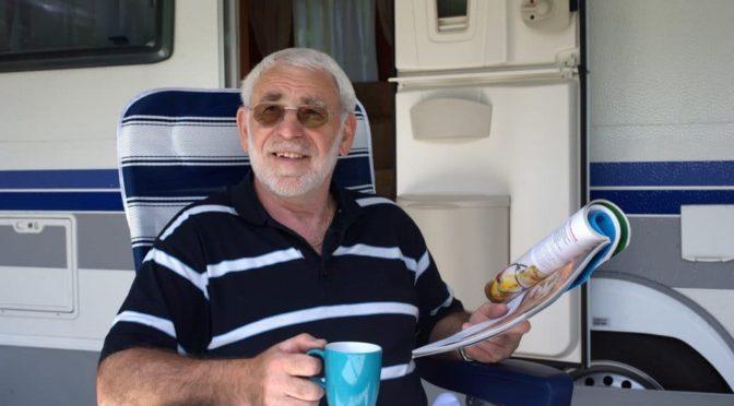 Senior trinkt Kaffee vor seinem Caravan