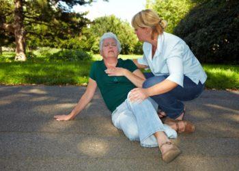 Herzrasen, Brustenge und starke Erschöpfung sind oft wichtige Hinweise auf eine Herzerkrankung. (Bild: Robert Kneschke/fotolia.com)