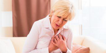Gesundheitsexperten weisen darauf hin, bei Anzeichen für einen Herzinfarkt sofort den Notruf 112 zu wählen. Zögern kann für den Betroffenen lebensgefährlich sein.(Bild: Kzenon/fotolia.com)