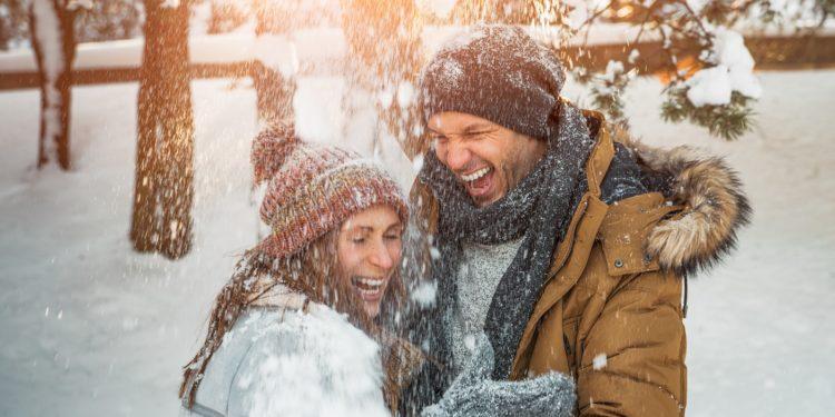 Eine Mütze sorgt im Winter dafür, dass die Wärme nicht über den Kopf abgegeben wird. Die Kopfbedeckung bringt jedoch nur etwas, wenn wir auch ansonsten schön warm eingepackt sind. (Bild: detailblick-foto/fotolia.com)
