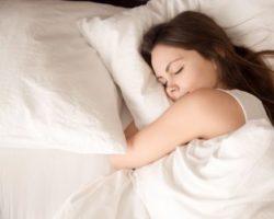 Schlafende Frau mit glücklichem Gesichtsausdruck
