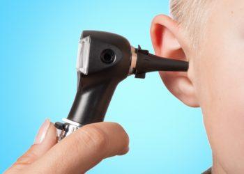 Mithilfe des Otoskops untersucht der Ohrenarzt  den äußeren Gehörgang und das Trommelfell. (Bild: Henrik Dolle/fotolia.com)