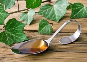 Efeu ist zwar giftig, verfügt jedoch auch über eine Vielzahl medizinisch nutzbarer Inhaltsstoffe. Als Mittel gegen Husten hat sich beispielsweise ein Extrakt aus Efeublättern bewährt. (Bild: PhotoSG/fotolia.com)