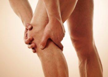 Das Kniegelenk stellt das größte Gelenk im menschlichen Körper dar und ist aus zwei Teilen zusammengesetzt. (Bild: underdogstudios/fotolia.com)