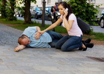Bei einem Kreislaufschock handelt es sich um einen medizinischen Notfall und es sollte umgehend der Notarzt kontaktiert werden. (Bild: Gina Sanders/fotolia.com)