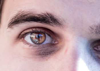 Einer Studie zufolge sind Menschen mit dunkleren Augen im Vergleich zu Personen mit hellen Augen anfälliger für Winterdepressionen. (Bild: Patrick Daxenbichler/fotolia.com)