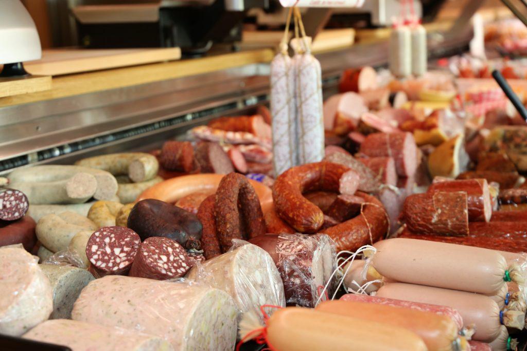 Verschiedene Wurstprodukte in der Fleischtheke