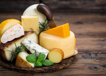 Verschiedene Käsesorten auf einem Holzbrett